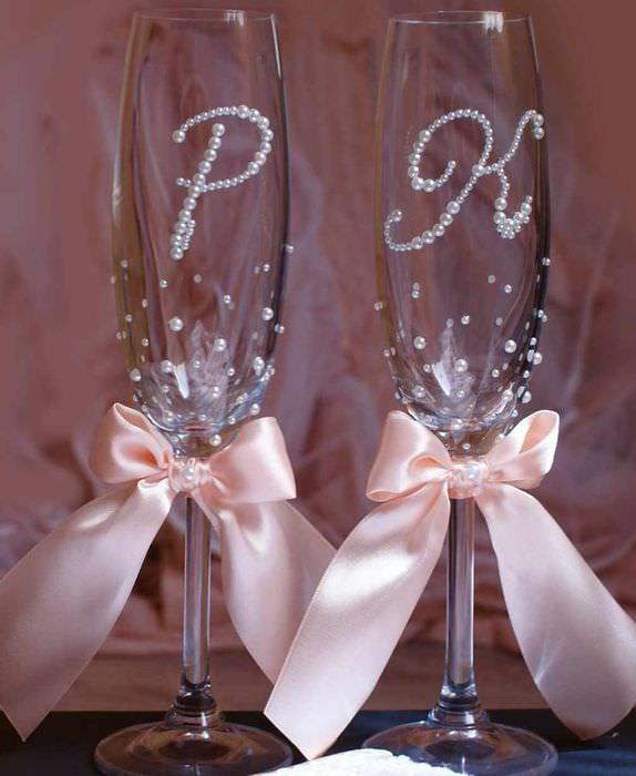 вариант необычного украшения стиля свадебных бокалов