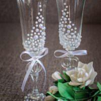 вариант необычного оформления дизайна свадебных бокалов картинка