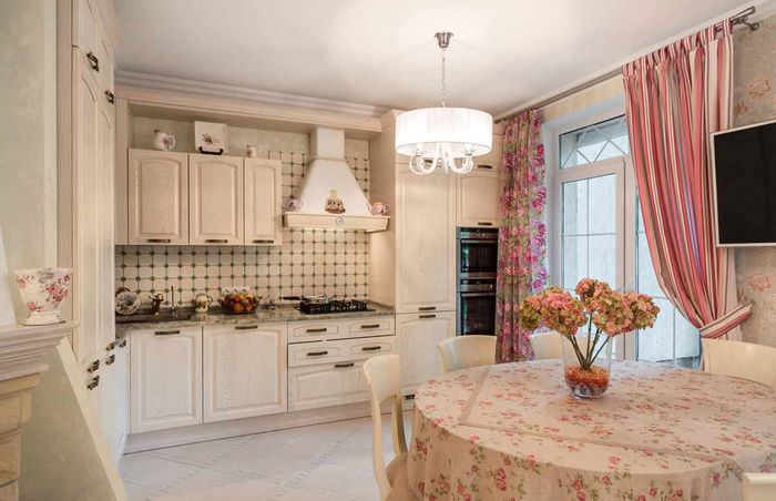 пример необычного дизайна окна на кухне