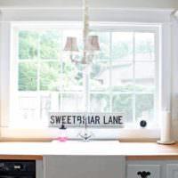 пример яркого декора окна на кухне картинка