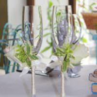 идея красивого оформления дизайна свадебных бокалов картинка