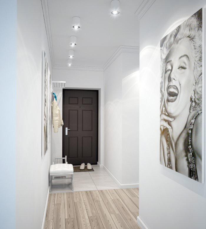 Коридор с белыми стенами в прихожей городской квартиры