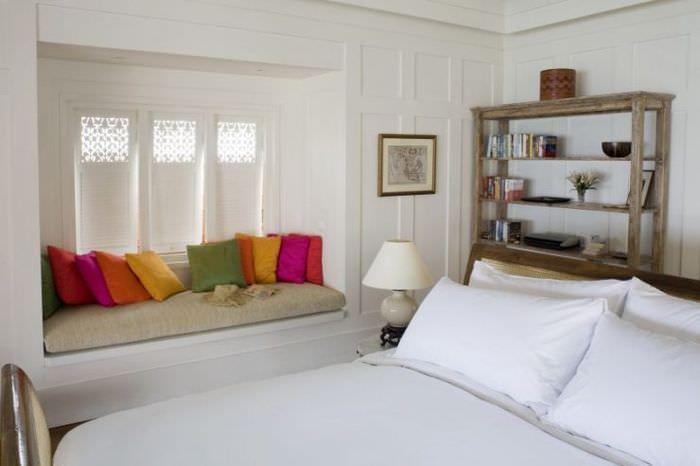 Яркие подушки в качестве декора для спальни площадью в 12 кв метров