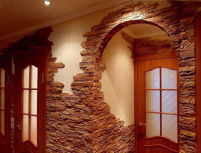 Декорирование арки в прихожей искусственным камнем