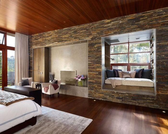 Оформление гостиной стены натуральным камнем
