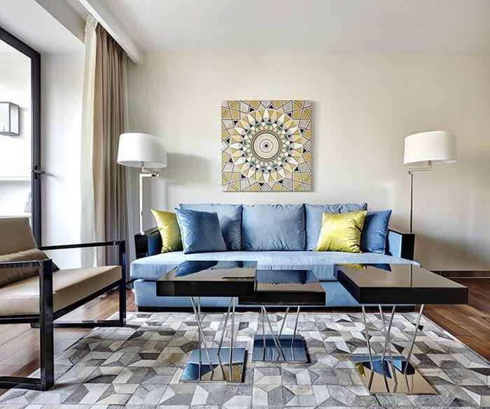 Картина над диваном в интерьере гостиной