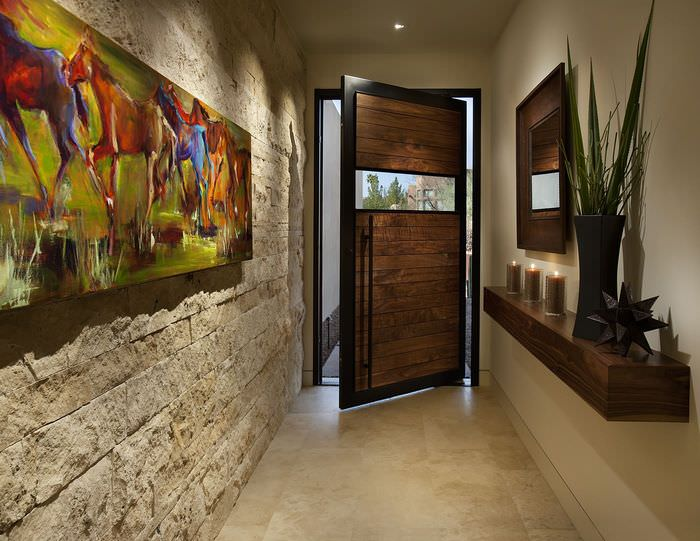 Отделка стены в прихожей искусственным декоративным камнем