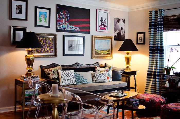 Предметы живописи над диваном в гостиной
