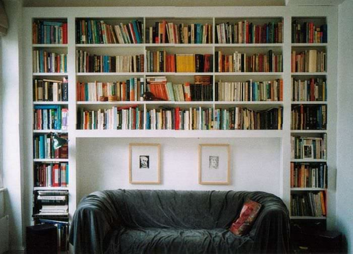 Мини-библиотека над диваном в гостиной