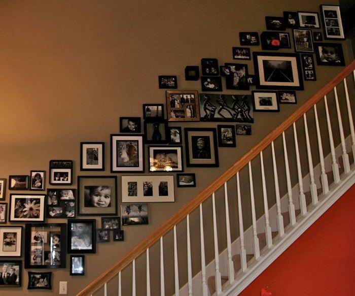 Коллаж из фотографий в оформлении стены над лестницей