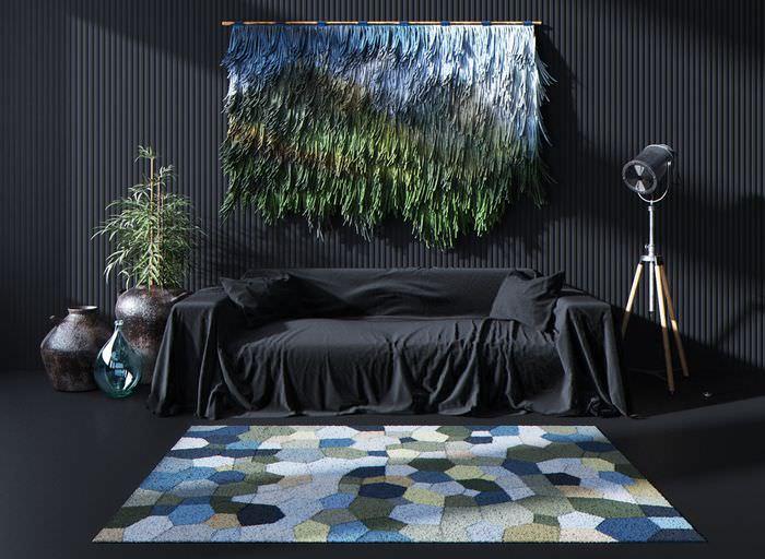 Декорирование стены над диваном с помощью дизайнерского ковра