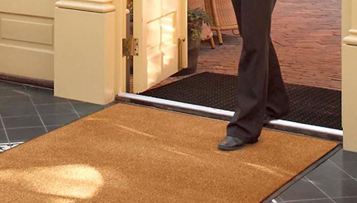 Коврик с грязезащитным покрытием перед дверью прихожей