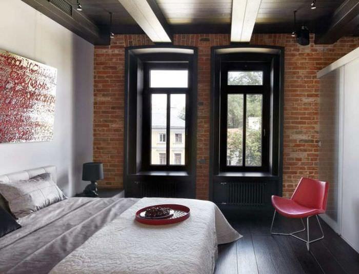 Два узких окна в интерьере спальни 12 кв м