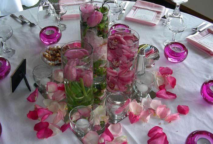 Лепестки роз в оформлении свадебного стола