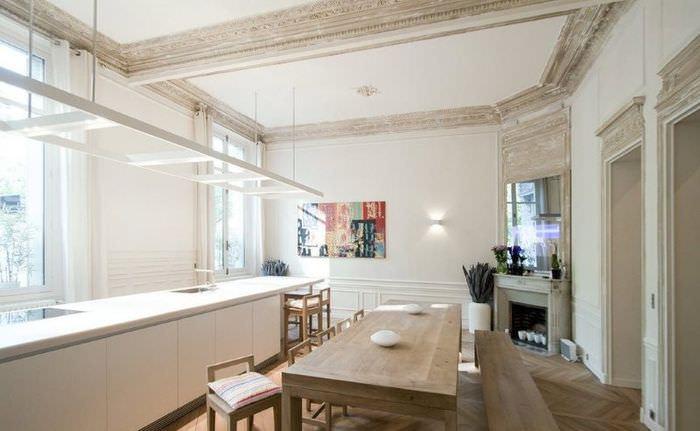 Лепной потолок в стиле прованс в столовой загородного дома