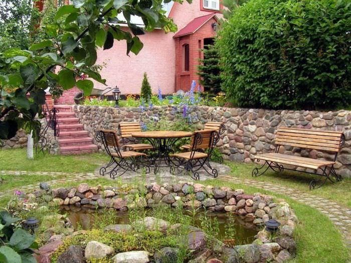Место для отдыха в саду и подпорная стенка из камня