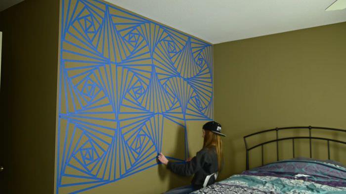 За допомогою скотча дівчина перетворила стіну спальні на витвір мистецтва