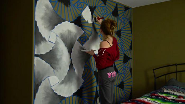 Декорирование стены краской своими руками