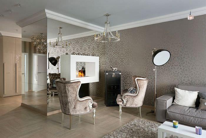 Отделка стен гостиной обоями с зеркальным эффектом
