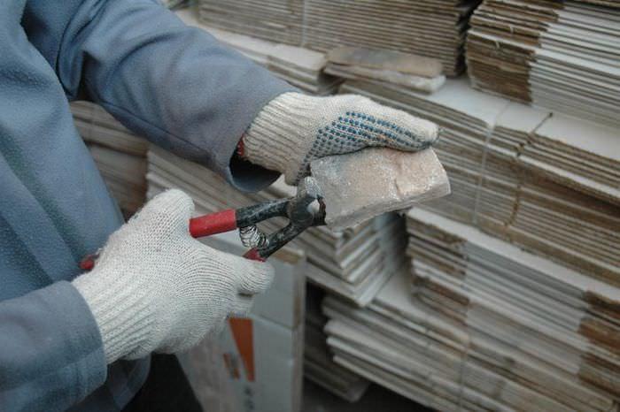 Обработка среза декоративного камня перед закреплением на стене прихожей