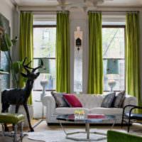 Зеленые шторы с кольцами на окне гостиной