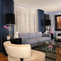 Легкая тюль и плотные шторы в гостиной