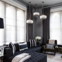 Идея оформления высоких окон в гостиной