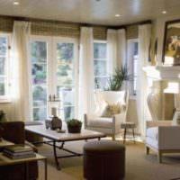 Уютная гостиная и шторы на окнах