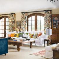 Оформление окон шторами в гостиной в деревенском стиле