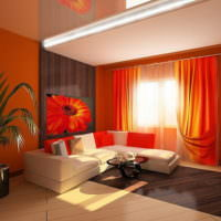 Ярко-красные занавеси в большой гостиной
