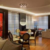 Дизайнерские шторы в гостиной с большими окнами