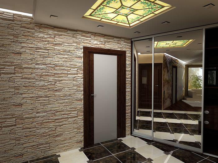 Облицовка декоративным камнем стены в прихожей и зеркальный шкаф