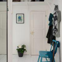 Белая прихожая и синий стульчик