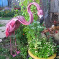 Птица из автомобильной покрышки в саду