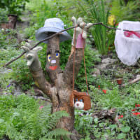 Садовая скульптура из старого дерева