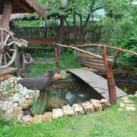 Деревянный мостик самодельным водоемом