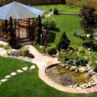 Беседка и самодельный водоем на садовом участке