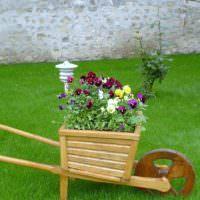 Цветочная клумба в виде садовой тачки