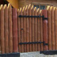 Забор из деревянных кольев вокруг садового участка