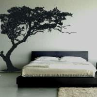 Черная наклейка на белой стене спальни