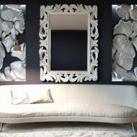 Зеркало и панно на стене гостиной