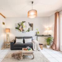Окрашенные стены и модульные картины в интерьере комнаты