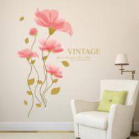 Нарисованные цветы на окрашенной стене жилой комнаты
