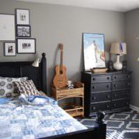 Картины в убранстве спальни и комод