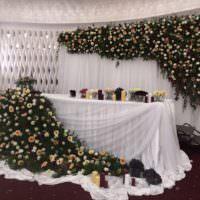 Пример оформления свадебного стола цветочными композициями