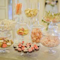 Сервировка сладостей на свадебного столе