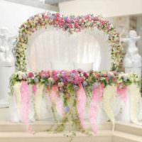 Цветочные композиции в оформлении стола новобрачных