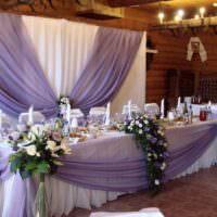 Букеты белых роз по углам свадебного стола