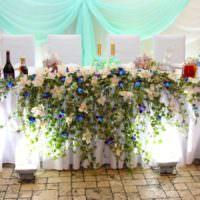 Цветочные композиции в качестве декора свадебного стола