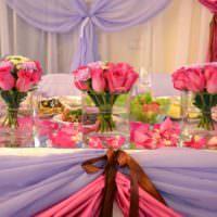 Алые розы в декоре свадебного стола